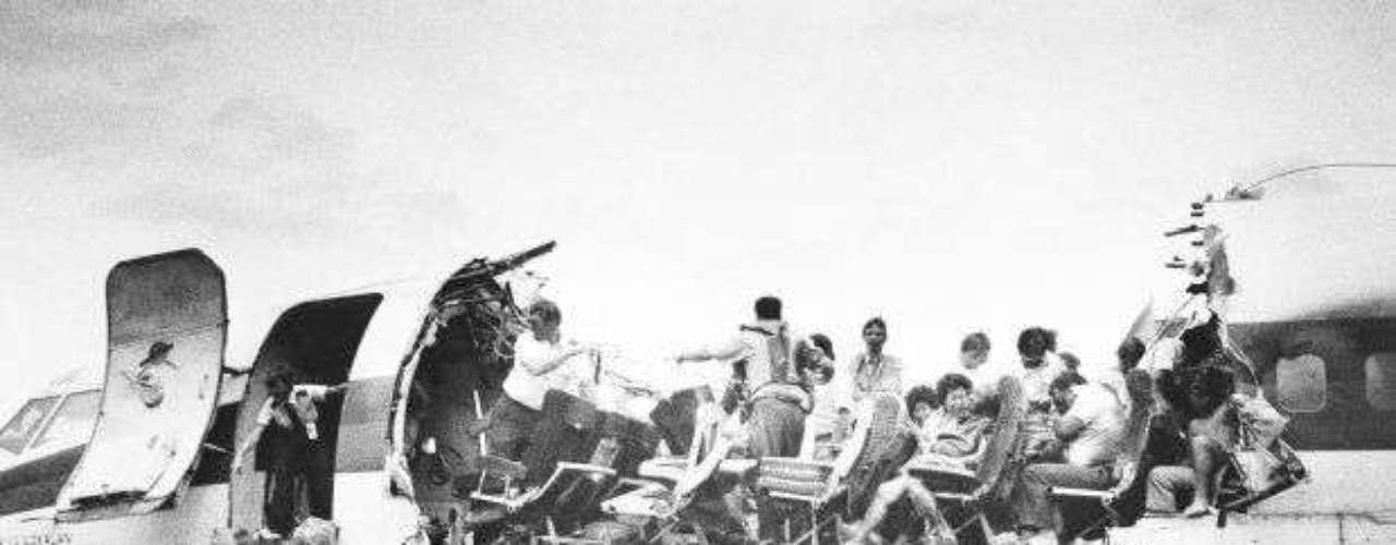 Un vuelo entre el Aeropuerto de Hilo y el Aeropuerto Internacional de Honolulú, Hawai, sufrió una descompresión explosiva que provocó que parte del techo de la cabina se desprendiera, obligando al piloto a realizar un aterrizaje de emergencia en el Aeropuerto de Kahului, en abril de 1988. La fatiga del metal causó esta falla que sólo acabó con la vida de una persona que salió despedida del Boeing 737-200.