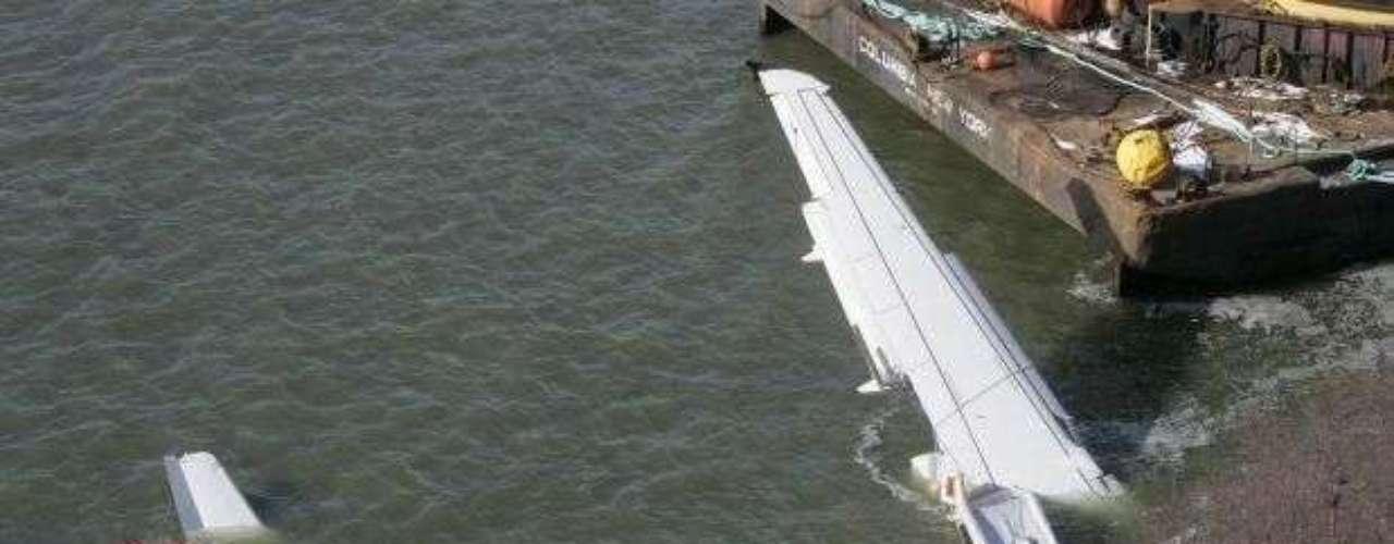 La pericia del piloto del vuelo 1549 de la aerolínea US Airways, Chesley B. Sullenberger, evitó una catástrofe aérea en Nueva York, ya que logró que su avión aterrizara sobre el río Hudson. El piloto salvó la vida de las 155 personas que viajaban bordo, después de que unas aves entraran en los motores de la nave y los paralizaran.