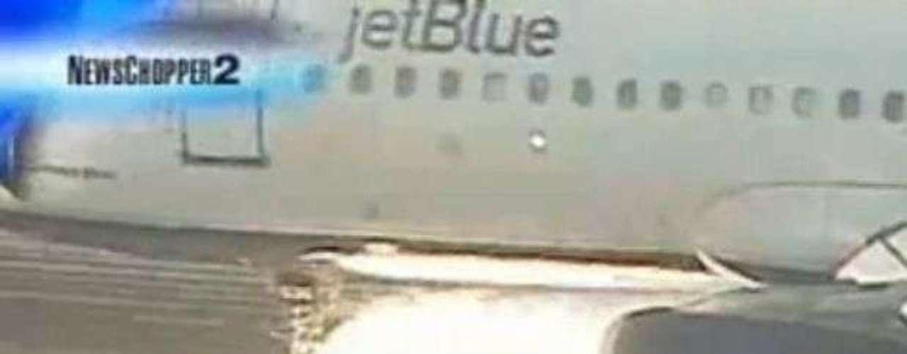 Un avión de JetBlue, que llevaba el tren de aterrizaje delantero averiado y 146 personas a bordo, realizó con éxito un aterrizaje de emergencia en el aeropuerto internacional de Los Angeles, en septiembre de 2005, después de volar en círculo casi tres horas para consumir su combustible.