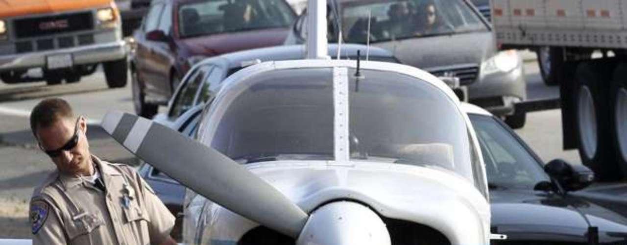 Una avioneta con cuatro personas aterrizó en una autopista del sur de California luego de quedarse sin combustible. La avioneta Piper 1968 aterrizó a salvo alrededor de las 11:30 de la noche del sábado pasado en los carriles de dirección sur de la autopista interestatal 15, en Escondido.