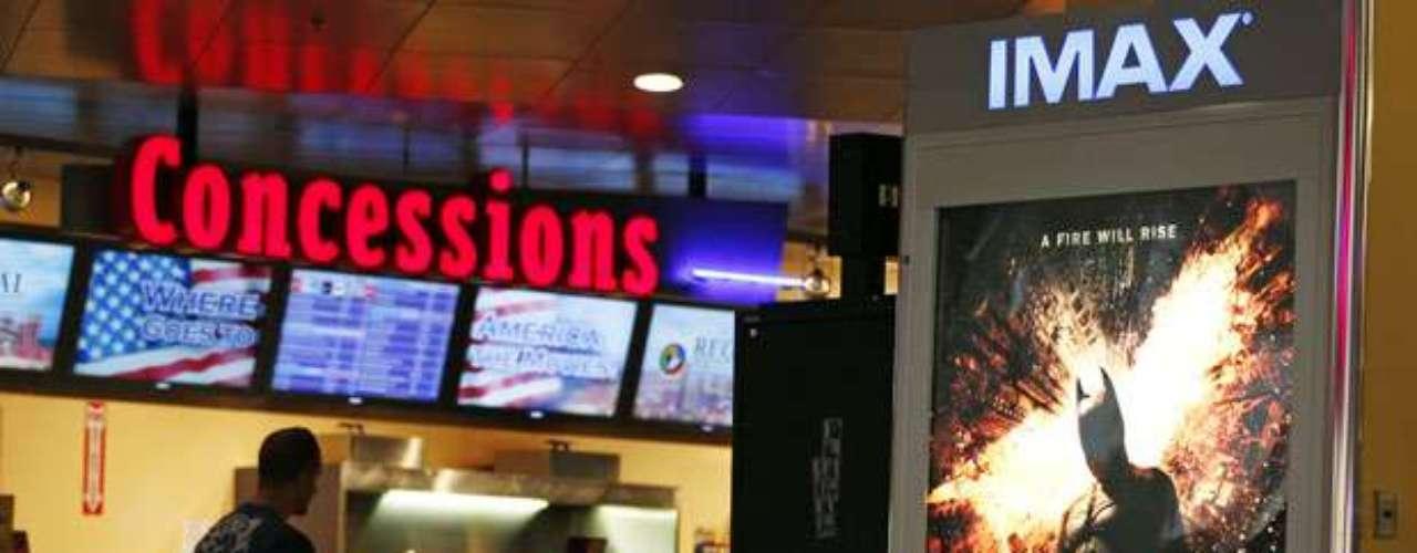 Asimismo los empleados de una sala cinematográfica en Washington revisaron los bolsos de los asistentes, y una de las mayores cadenas exhibidoras del país, la AMC, prohibió que sus clientes asistan con máscaras o disfraces.
