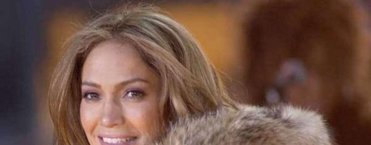 Jennifer Lopez tampoco se salva de las críticas. La asociación acusa a la actriz y cantante de haber lucido durante su carrera pieles ilegales y prendas que provenían de animales que han sido maltratados, como las que , según PETA, Jennifer López está utilizando en la ropa que diseña para su firma.