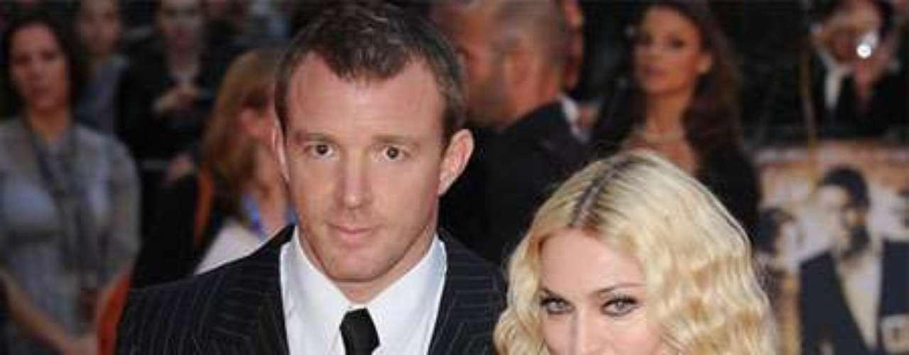 Madonna y Guy Ritchie: Su romance inició en el año 1998, luego de que la reina del pop grabará una canción para la primer película de Guy como director, llamada 'Lock, Stock y Dos Armas Humeantes'. El romance se fortaleció a tal punto  que en el año 2000 contrajeron matrimonio en Escocia. En el 2008 acabaron con su relación en muy malos términos y peleando por la custodia de sus dos hijos Rocco y David, el cual adoptaron en Malawi.