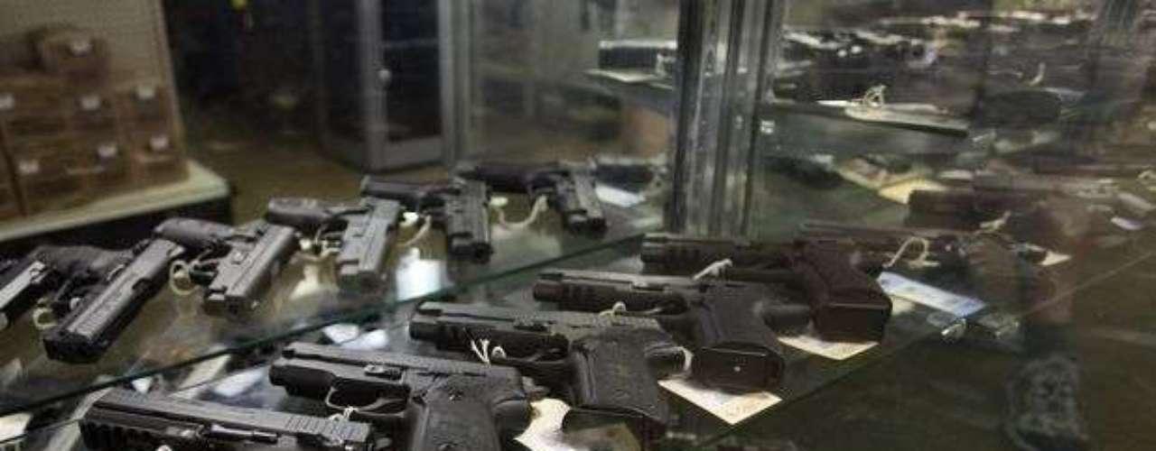 En Canadá, la Constitución no dice de manera explícita que se pueden tener armas, pero se considera que el sí explícito derecho a la seguridad, lo contiene. En la práctica, las leyes canadienses son tan flexibles como las de EE.UU.