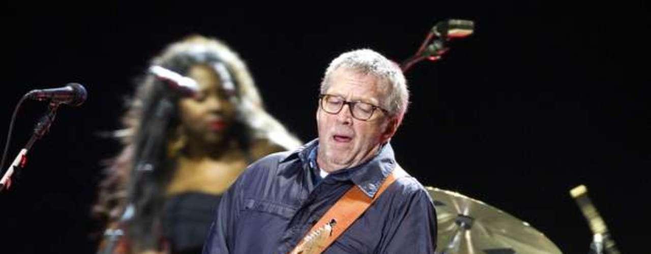 Cuenta el libro que a Eric Clapton pareció no importarle que el músico le haya robado el amor de Carla Bruni, pues terminó con Mick metido en una cama.
