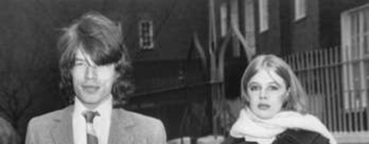 Marianne Faithfull dejó a su marido por irse tras los pasos del rompecorazones integrante de Los Rolling Stones.