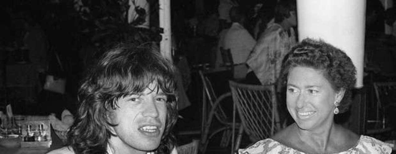 No es gratis que la Reina Isabel II no quiera a Mick Jagger, ya que, además de ser un chico que evadía impuestos y le gustaban las drogas, haciendo uso de sus cualidades de galán se acercó peligrosamente a la Princesa Margarita para tratar de robar su corazón.
