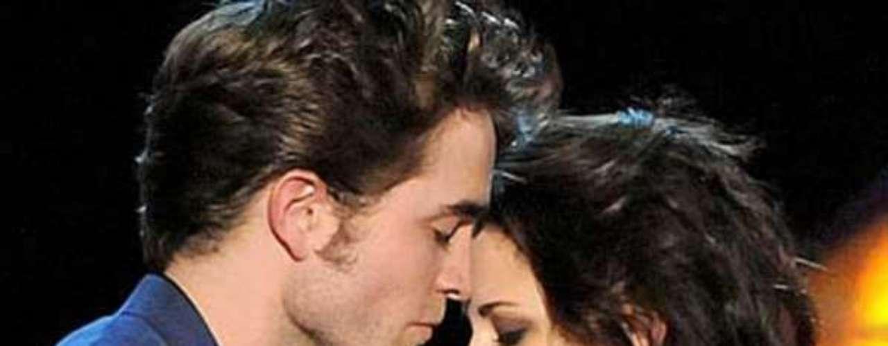 Kristen confirma su infidelidad. Un día después del escándalo mediático generado por las fotos, la actriz emite un comunicado en donde asegura arrepentirse de todo lo sucedido: \