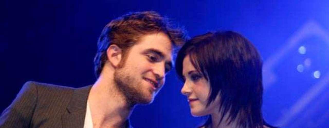 Todo con calma. Dos días después, el 19 de julio, Robert  Pattinson y Kristen Stewart son vistos en Los Ángeles comiendo en un lujoso hotel y compartiendo un buen momento como pareja.