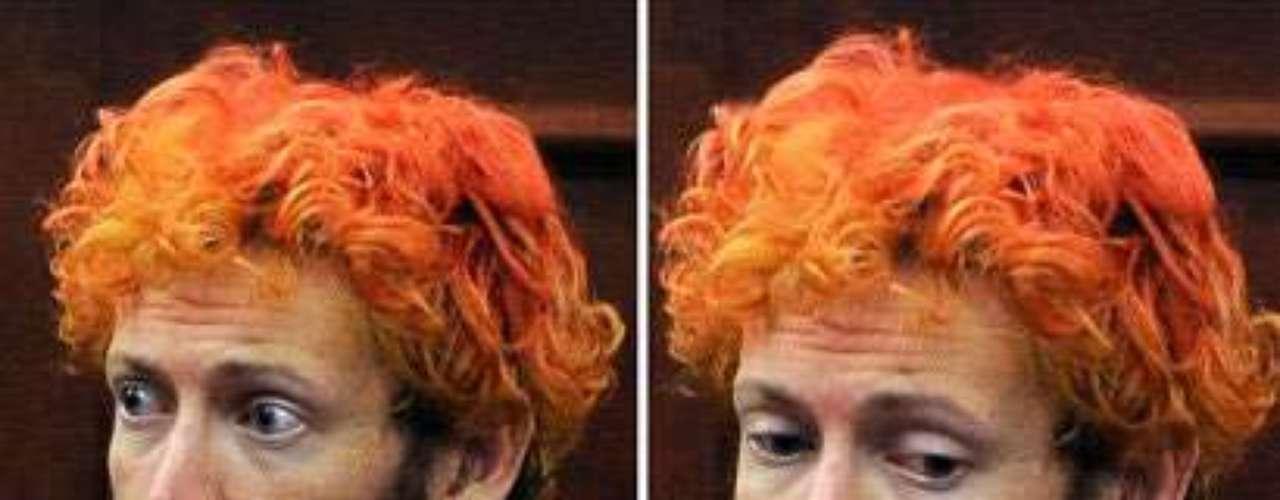 El supuesto asesino de Aurora apareció ante el juez con el pelo teñido de anaranjado y escuchó como ausente, con la mirada perdida, arqueando las cejas y a ratos somnoliento, las condiciones de su detención aislada, separado de otros reclusos por su propia seguridad.