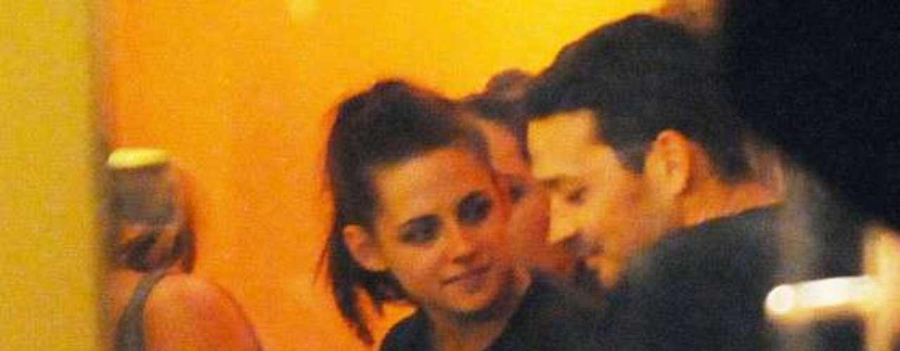 Cena de compañeros.  Antes de estrenarse la cinta todo el elenco y la producción de la película se trasladó a la ciudad de Berlín, para disfrutar de una cena en mayo de este año. Allí se vio a Rupert y Kristen como  compañeros de trabajo,  por lo que no se sospechaba nada.