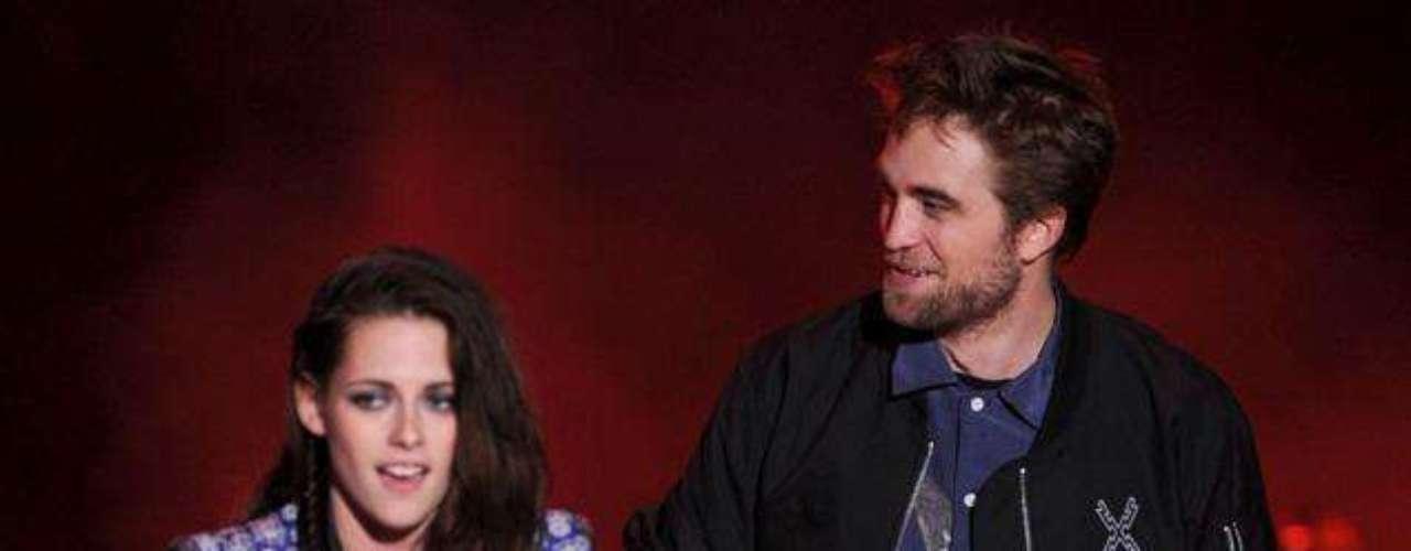Relación solida. La pareja de actores acuden, el 22 de julio,  a los premios los Tenn Choice Awards 2012. Como es costumbre,  estuvieron juntos durante toda la velada e incluso se subieron al escenario para ser ovacionados por todos los fans de la saga Crespúsculo.