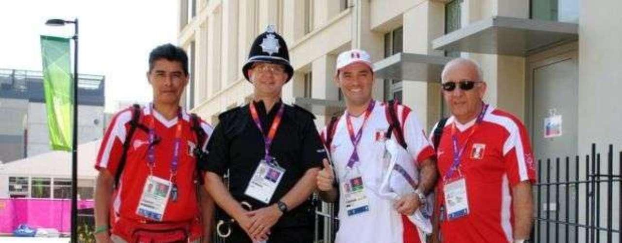 'Oficiales peruanos dentro de la Villa Olímpica de Londres 2012!!' (Facebook Patronato ADO Perú)