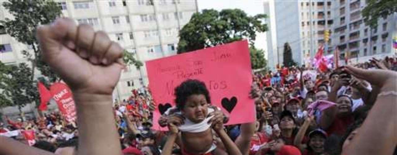 Chávez busca su reelección para un tercer mandato de seis años.Desde la medianoche empezó a recibir saludos de centenares de sus partidarios que cantaron y bailaron en homenaje a su cumpleaños.La campaña electoral se inició a comienzos de mes y se prolongará por tres meses.