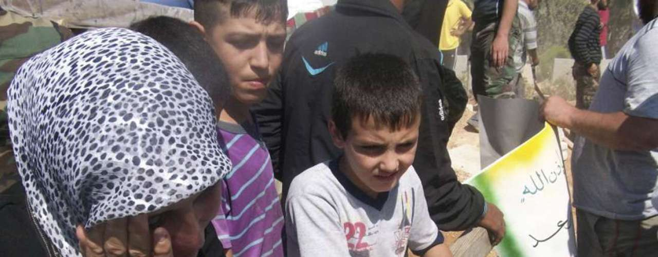 El temor de la comunidad internacional ha ido en aumento ante lo que los activistas consideran puede ser una masacre que se avecina después que las tropas sirias bombardearon la ciudad la última semana, tanto con artillería como desde el aire. Además, el gobierno envió refuerzos en los últimos días.