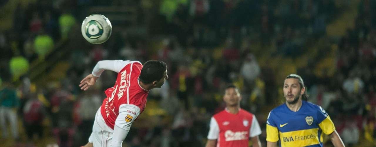 Juan Guillermo Vélez (i), fue el delantero de Independiente Santa Fe que más trató de inquietar el arco de Boca Juniors.