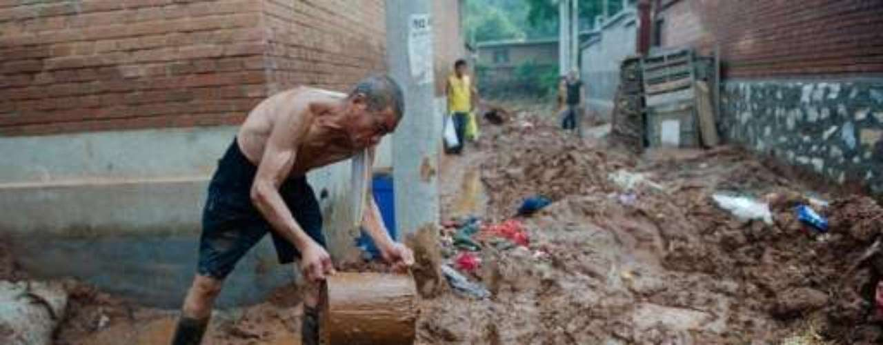 La cifra de muertos por las lluvias torrenciales más severas que han azotado Beijing en seis décadas fue de 77 personas.