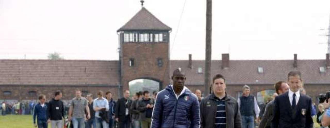 Fue detenido en octubre de 2011 por querer colarse a una prisión de mujeres de Brescia, Italia.