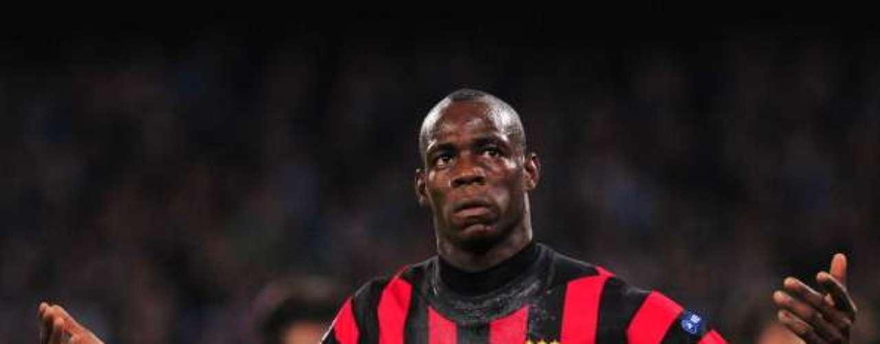 Cuando jugaba con el Inter de Milán, confesó ser aficionado del Milan en una entrevista; hasta se puso una playera 'rossonera'.