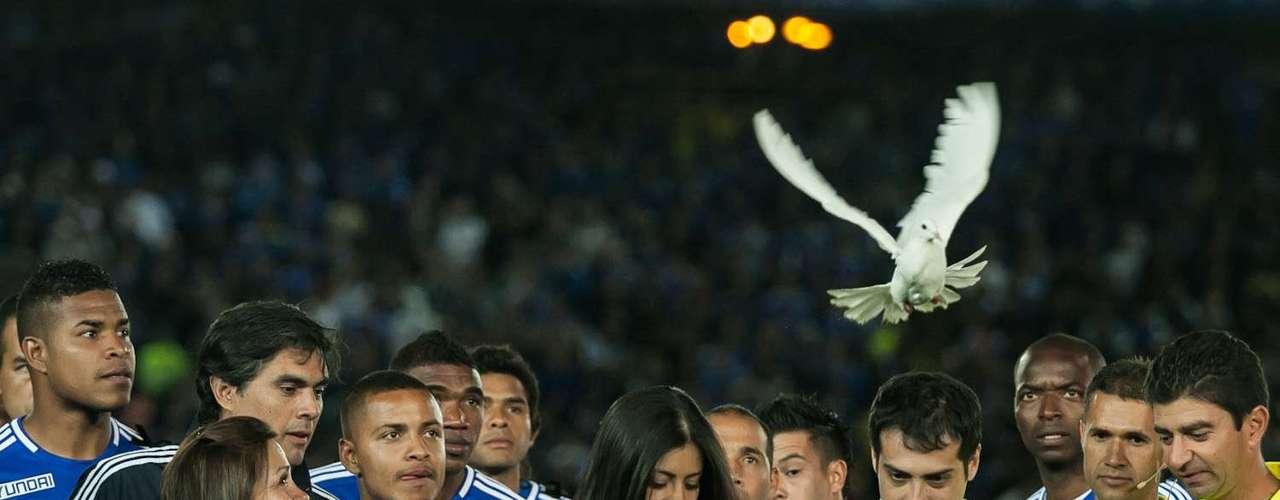 Antes de iniciar el encuentro ambos equipos rindieron un homenaje al deceso de Héctor Javier Céspedes, quien estuvo vinculado históricamente con las dos instituciones.
