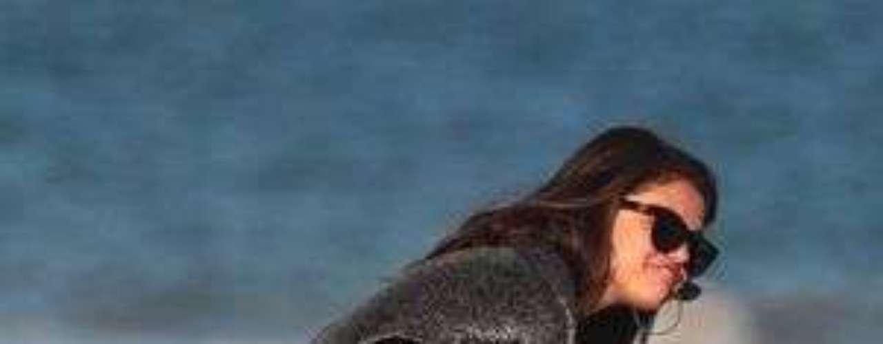 Fans de Justin Bieber acusan a Selena Gomez de infidelidad: La aparición de una serie de fotografías donde Selena Gómez se divierte junto al mejor amigo de Justin Bieber, Alfredo Flores, generó una ola de insultos y amenazas en contra de la exchica Disney debido a la suposición de que habría infidelidad.