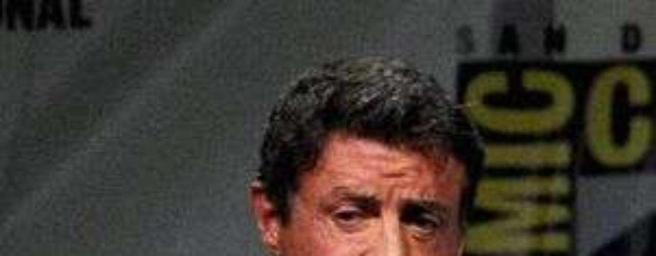 Stallone contrata detective que investigue muerte de su hijo: El actor está devastado por la pérdida de su hijo Sage, hallado sin vida en su apartamento de Los Ángeles, y quiere averiguar cuál fue la causa de su trágica muerte. Con este objetivo, Sylvester, su hermano Frank y un funcionario de la oficina forense de Los Ángeles, mantuvieron ayer una reunión con el investigador privado Scott Ross, que lideró la investigación de los supuestos abusos sexuales a menores por parte de Michael Jackson e investigó también el caso de malos tratos de Chris Brown hacia Rihanna.