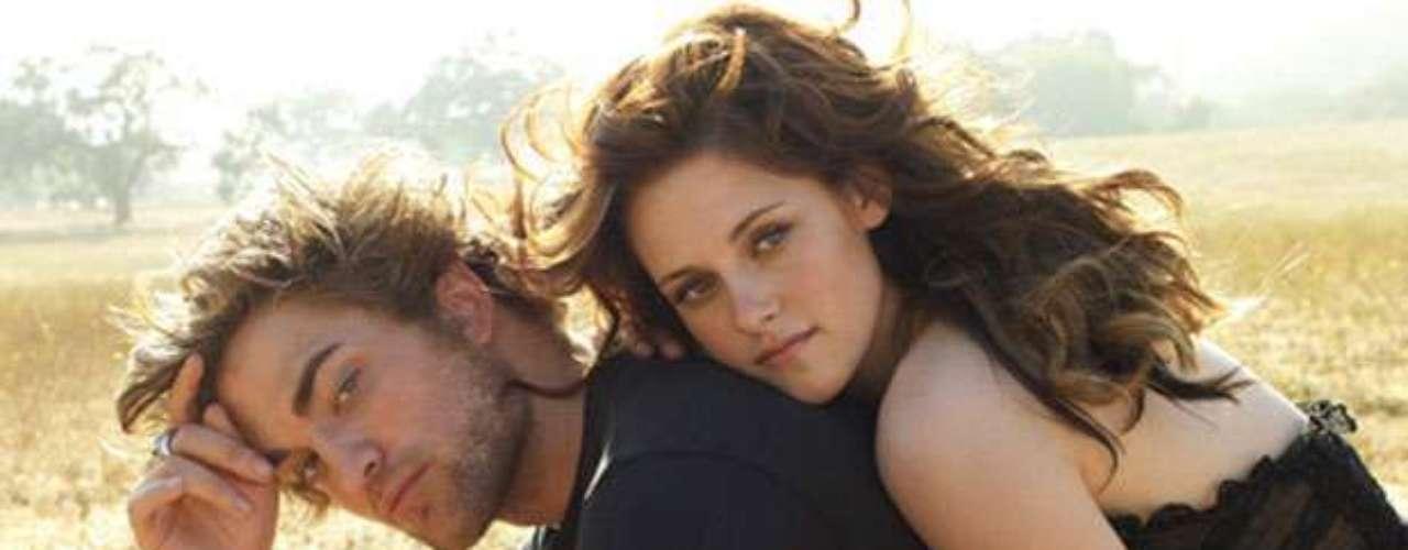 Kristen Stewart engañó a Robert Pattinson con el director de su última película, Rupert Sanders. Por ser una de las parejas más estables de Hollywood, el hecho se convirtió en un escándalo y tanto Stewart como Sanders pidieron excusas en público.