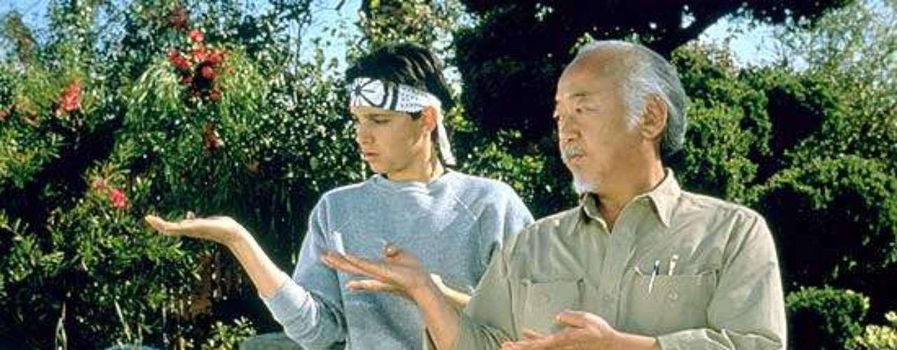Karate Kid (1984). Ralph Macchio interpretó al recordado Daniel San, un joven que decide aprender Karate, junto a su nuevo maestro el señor Miyagi, debido a los conflictos que tiene con sus compañeros de escuela. La película continuó con Karate Kid II, Karate Kid III y El nuevo Karate Kid, realizándose en 2010, una nueva versión de esta cinta.