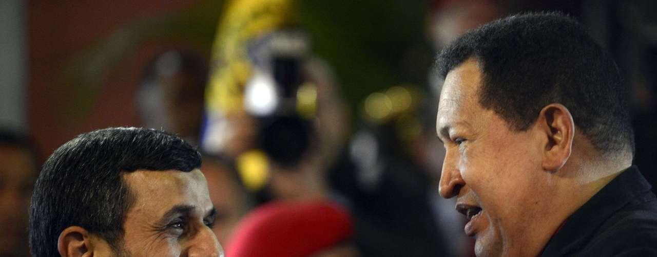 El informe no pasa por alto que en mayo de 2011 el gobierno estadounidense sancionó la  petrolera estatal de Venezuela PDVSA por mantener relaciones comerciales con Irán, país que también había sido amonestado por su programa nuclear. No es un secreto que Chávez mantiene vínculos amistosos con el presidente iraní (en la foto), Mahmoud Ahmadinejad.