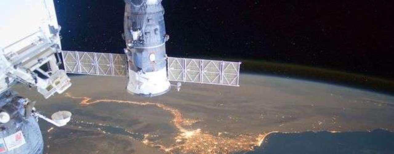 Las ciudades al borde del Nilo iluminan al río. En primer plano las naves Soyuz y Progress acopladas a la Estación Espacial Internacional.