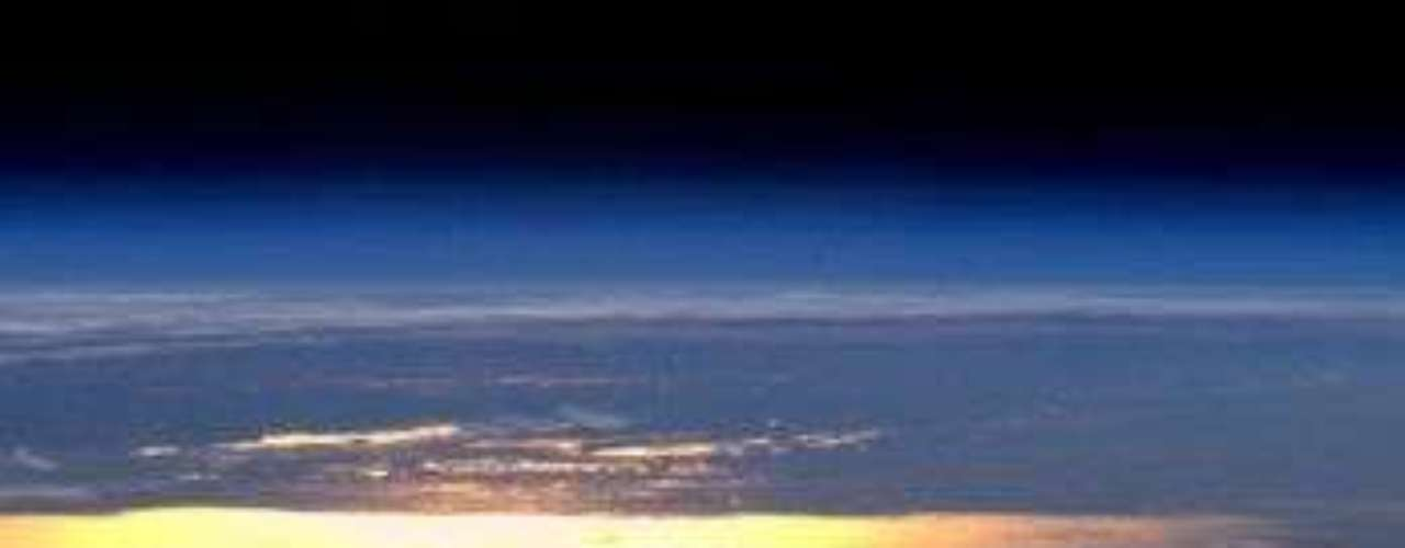 El astronauta André Kuipers registró desde la Estación Espacial Internacional a la Tierra bañada por el Sol.