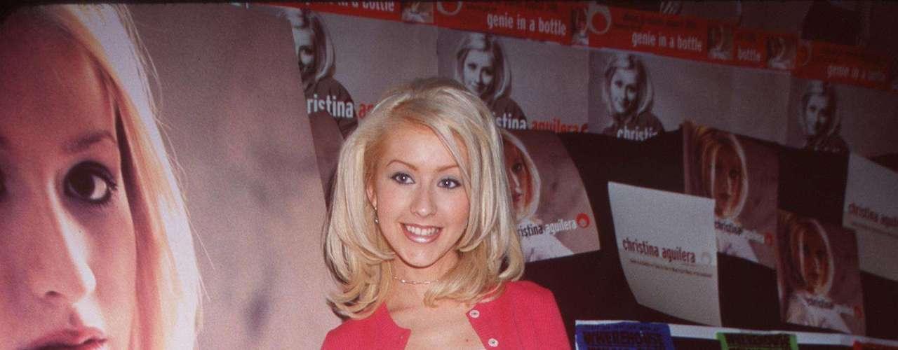 Christina Aguilera comenzando su carrera, a los 17 años, era esbelta, delgada y tonificada, además su estilo era súper fresco y juvenil.