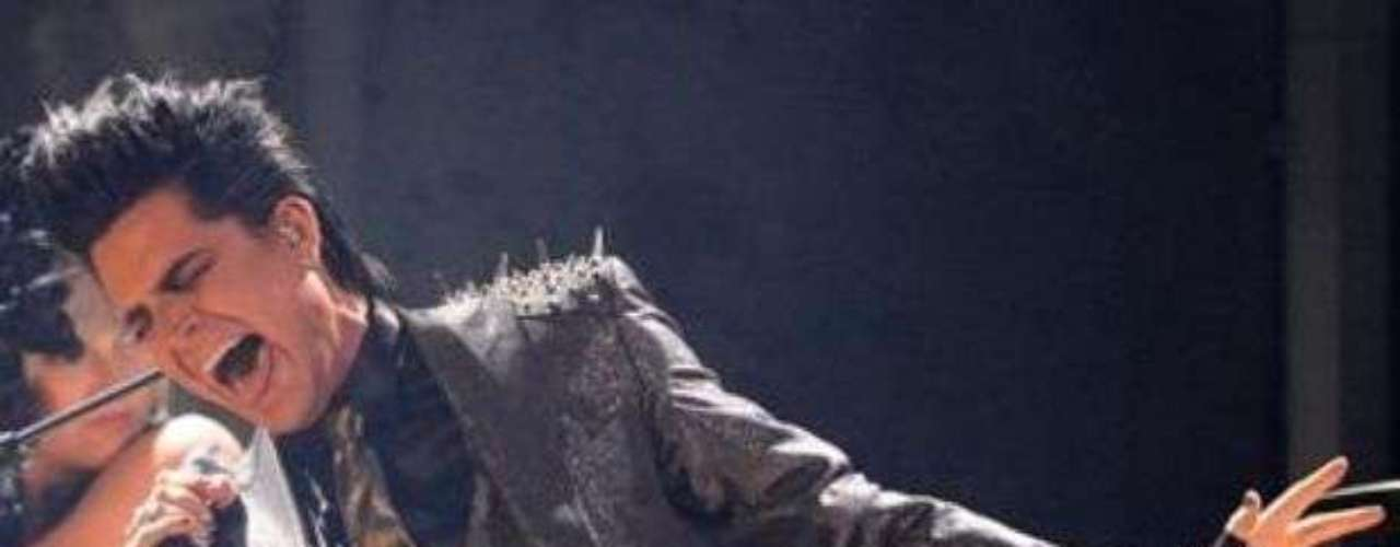 Adam Lambert se fue al suelo, mientras cantaba el tema \