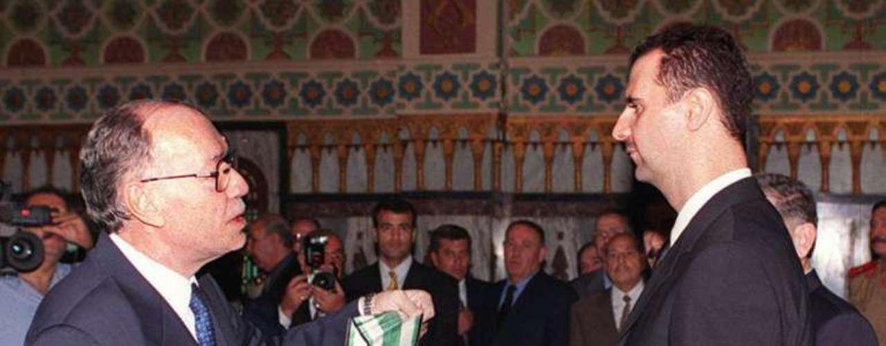 Cuando su padre murió en junio del año 2000, Bashar Al Asad ya estaba preparado para tomar las riendas del país. Poco importó que la constitución del país exigiera que el presidente del país fuera mayor de 40 años y el contara sólo 34. Tras el pertinente y fugaz cambio en la carta magna, Bashar se hizo con los plenos poderes de los que goza el presidente de la República de Siria:  nombrar y destituir a los vicepresidentes, al primer ministro y a los ministros. Es también comandante en jefe de las Fuerzas Armadas y líder del partido único 'Baath'.