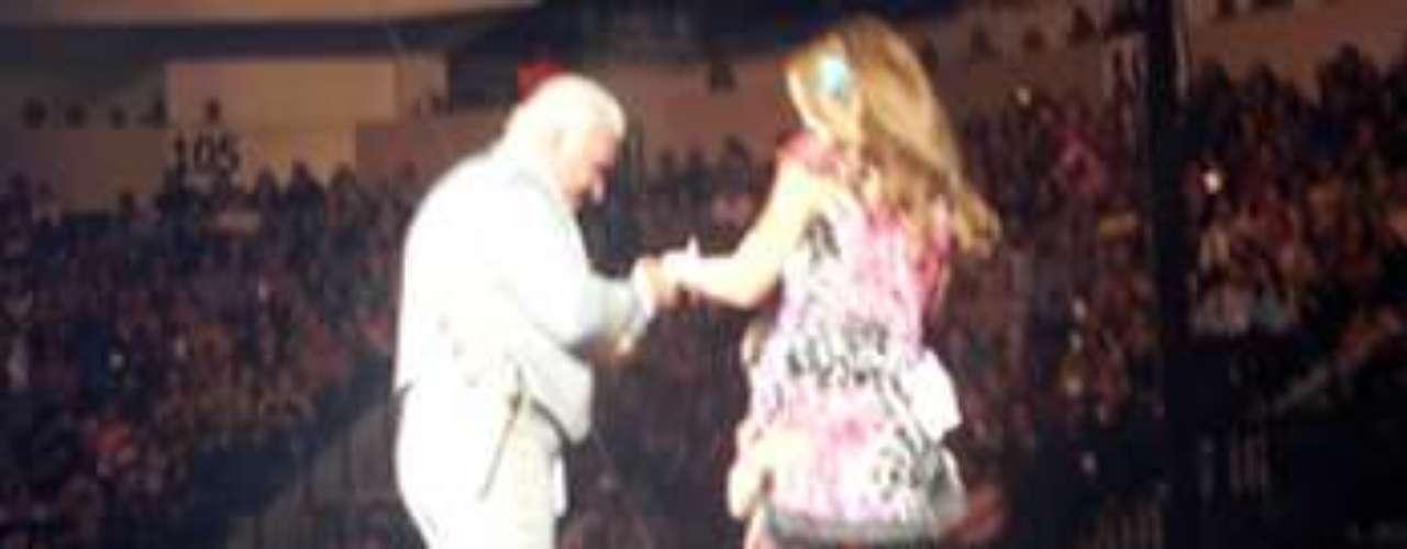 Gloria Trevi tuvo el honor de decirle adiós a Vicente Fernández sobre la tarima, durante el concierto de despedida que \