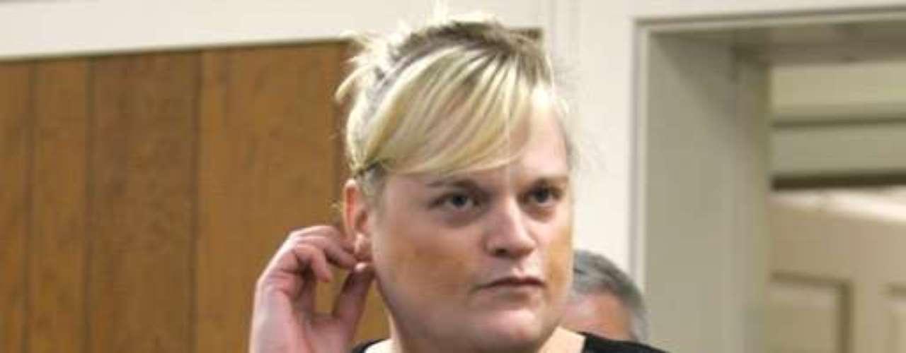 Chris Mason, quien a la edad de 13 años se cambio de género, fue sentenciada a cuatro años en prisión por el homicidio imprudencial de su marido luego de que lo obligara a nadar durante horas. Chris Mason fue acusada de obligar a su frágil marido a hacer ejercicio hasta morir para poder heredar su pensión de retiro. La mortal sesión sin embargo, quedó grabada en un video de vigilancia, lo que la delató. La policía indicó que Chris obligó a James Mason, su marido que padecía de una enfermedad cardiaca, a realizar actividades extenuantes por más de dos horas en una piscina bajo techo. Finalmente el anciano quedó inconsciente en la piscina y murió al día siguiente cuando su esposa autorizó que le retiraran las sondas que lo mantenían con vida artificial.