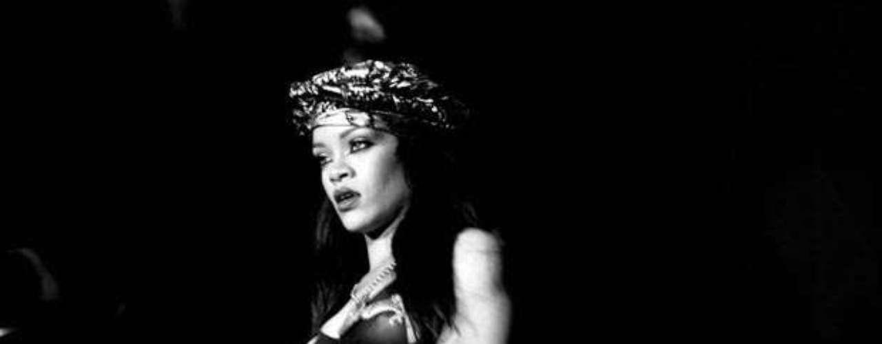 Rihanna para impactar, optó por usar un maquillaje y una vestimenta al mejor estilo de Cleopatra.