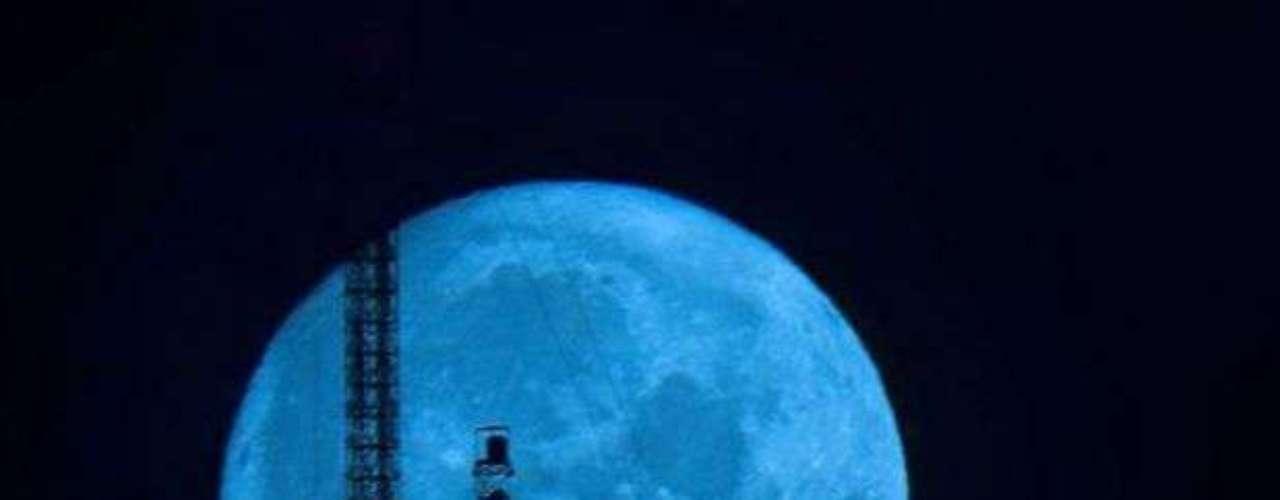 Dos años y medio es, aproximadamente, el período que transcurre entre la aparición de este fenómeno, denominado Luna Azul, o Blue Moon.