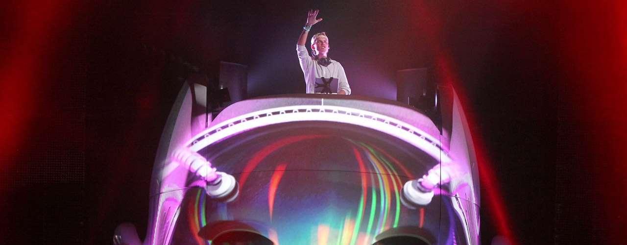 La lista de los 10 DJ mejor pagados se completa con Avicii, quien ganó $7 millones de dólares.