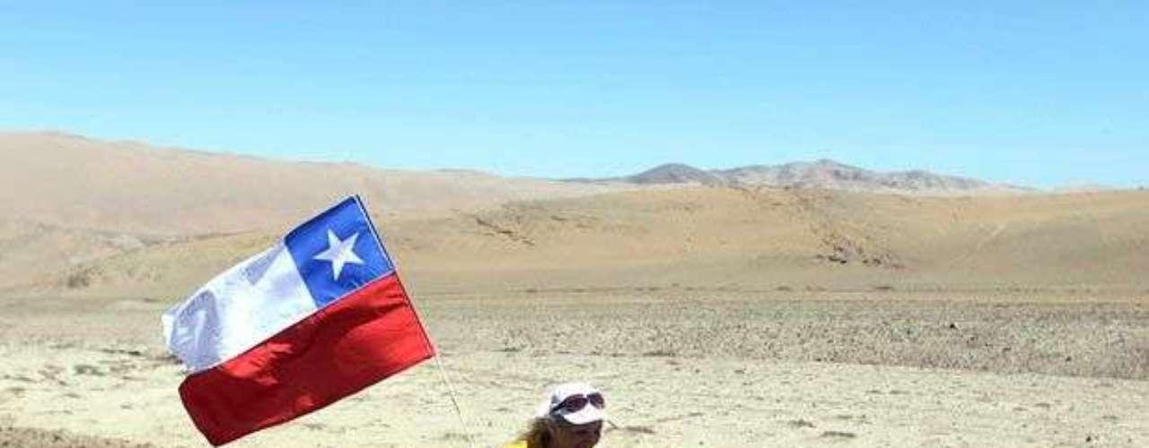 La atleta minusválida, Bernardita Lorca, llegó en silla de ruedas a la mina para mostrar su apoyo a los mineros