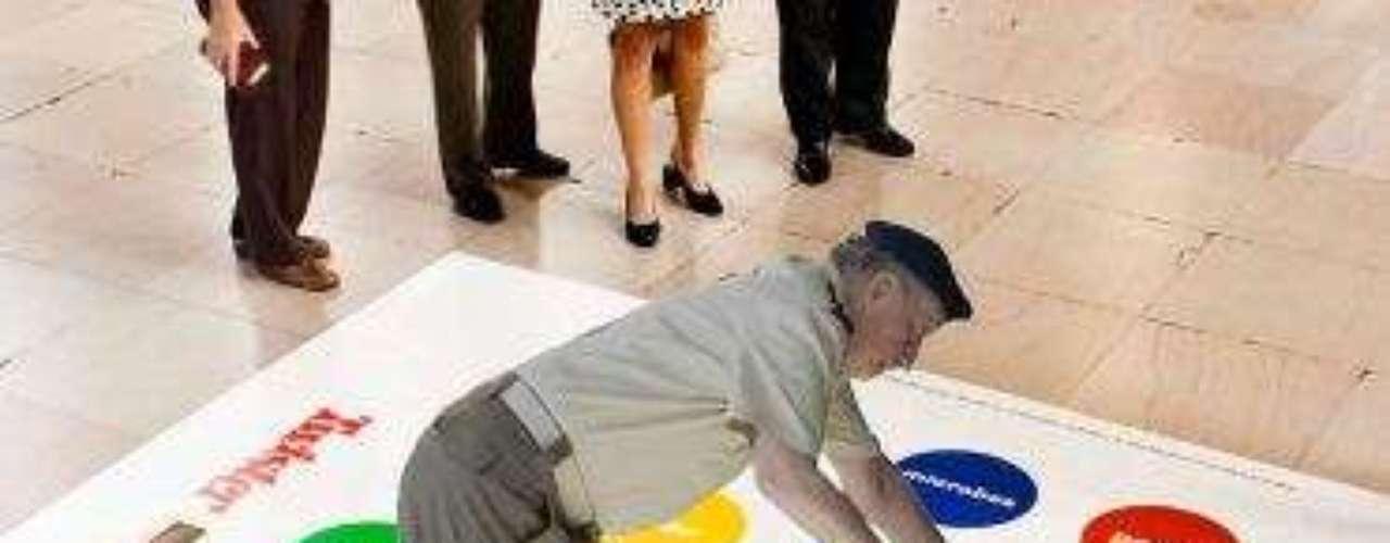 Los twitteros aseguraron que al rey le gusta jugar Twister en sus ratos libres.