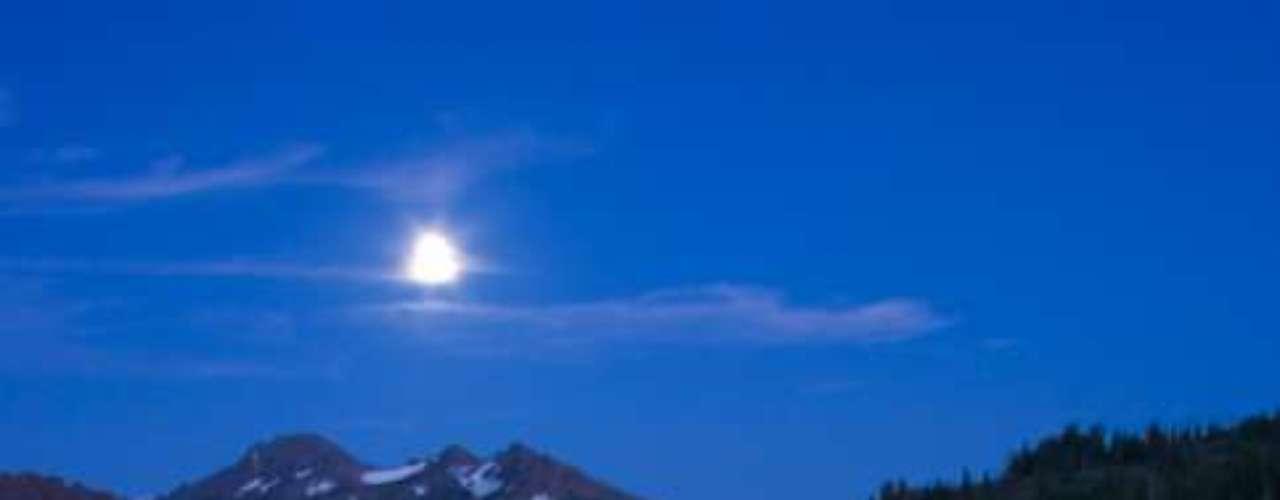 El fenómeno se denomina así porque en un mismo mes ocurren dos lunas llenas.
