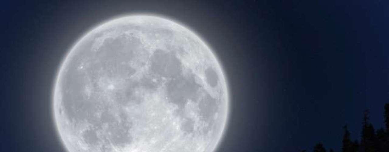 La Luna Azul también se refiere a la tonalidad que la Luna tomó en algunas ocasiones. Ambos se cruzan y hay varias teorías que explican por qué tomó popularidad el término Blue Moon para este fenómeno.