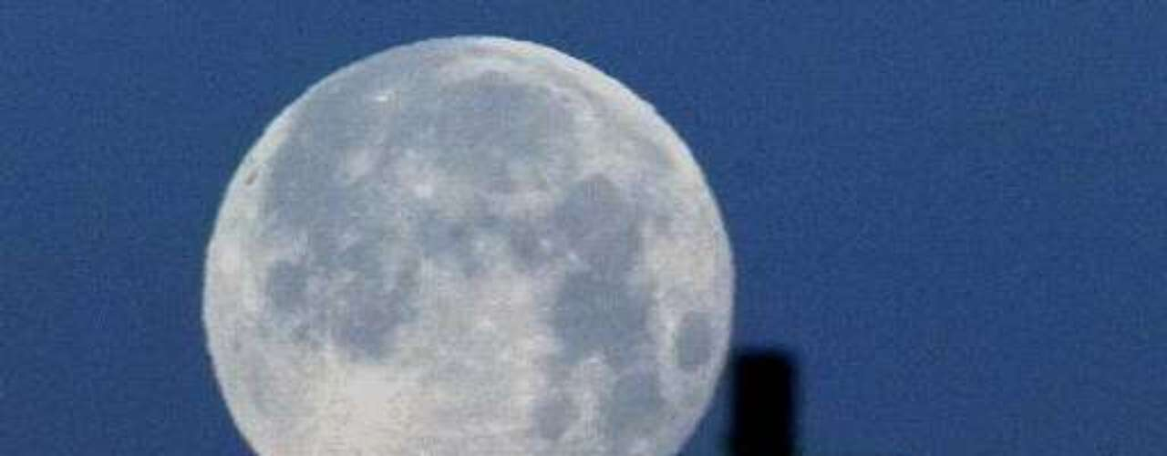 También se dice que el término Luna Azul cobró popularidad en 1999 gracias a la prensa, cuando el hecho ocurrió dos veces en un mismo año: hubo dos lunas llenas en enero y otras dos en marzo.