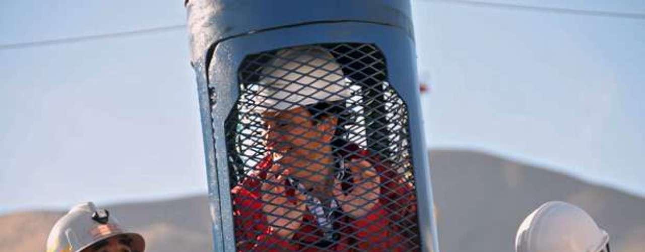 La cápsula, que fue fabricada en Talcahuano, en los Astilleros y Maestranzas de la Armada de Chile, fue pintada con los colores patrios blanco, azul y rojo. Medía cerca de 2 metros y medio de altura y tenía un peso de 250 kilos. Los familiares la vieron el 25 de septiembre de 2010