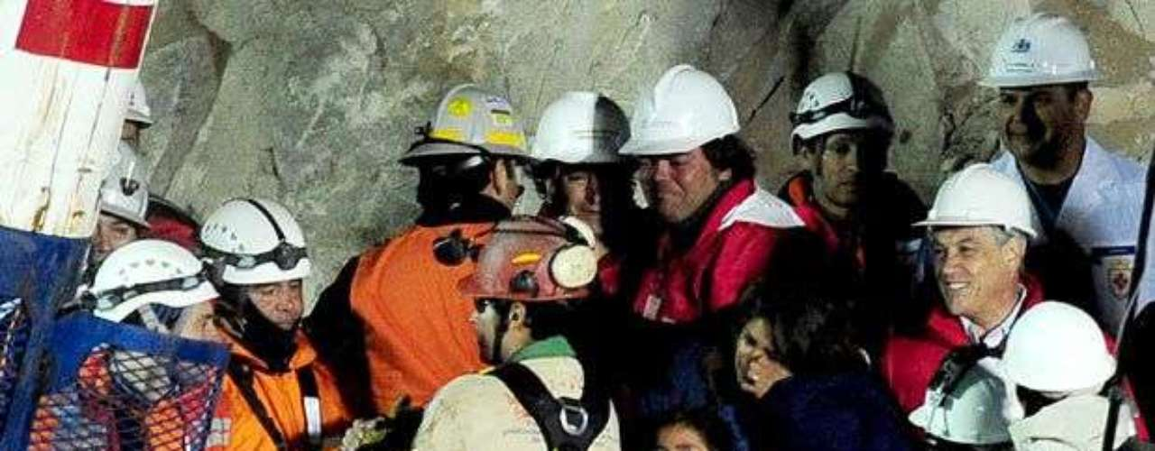 La esposa y el hijo de Florencio Ávalos, el primer minero rescatado, lo reciben a la salida de la cápsula. El niño rompió en llanto de alegría cuando la cápsula asomó por el ducto