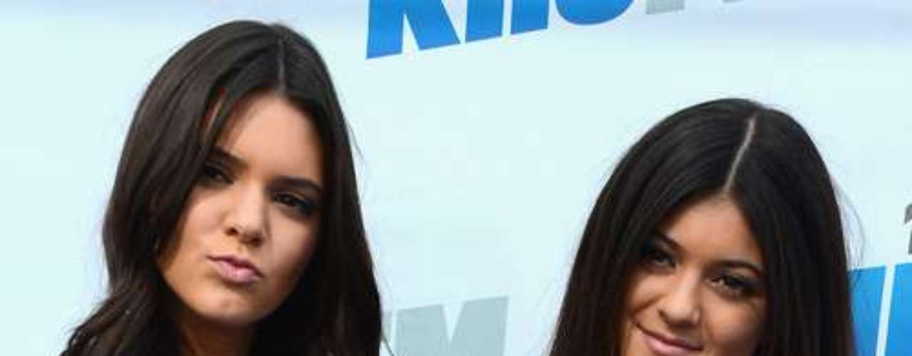 Kendall Jenner y Kylie Jenner, las pequeñas hermanas de las Kardashian también se rindieron ante las armas.