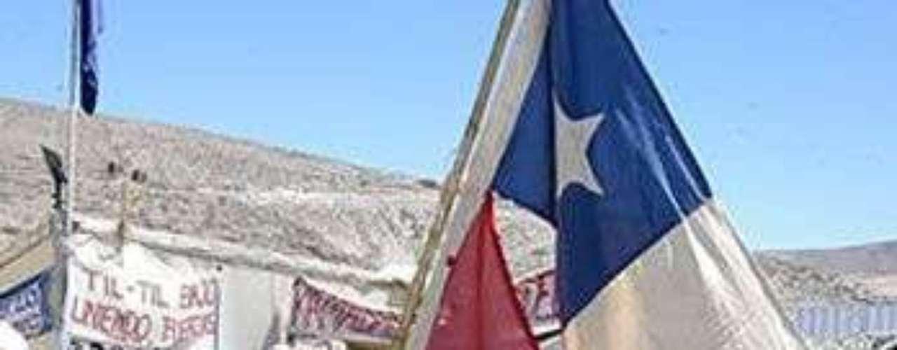 Daniel Marín, dueño de la bandera símbolo del terremoto y tsunami de 2010, llegó a la mina San José.
