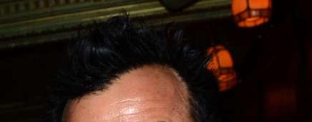 Justin Theroux adora llevar colgada al cuello esta cadena, siempre la lleva puesta.