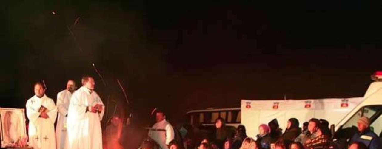 El derrumbe de la mina San José en Chile ocurrió el jueves 5 de agosto de 2010, dejando atrapados a 33 mineros a unos 720 metros de profundidad durante 70 días. Hoy, se cumplen dos años de la odisea que vivieron los trabajadores atrapados, trayendo recuerdos inolvidables del proceso de rescate. En la foto, los familiares de los 33 mineros realizaban vigilias durante los primeros días del accidente, con la esperanza de que sus seres queridos se encontraran con vida.